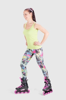 Fitness mujer deportiva en patines