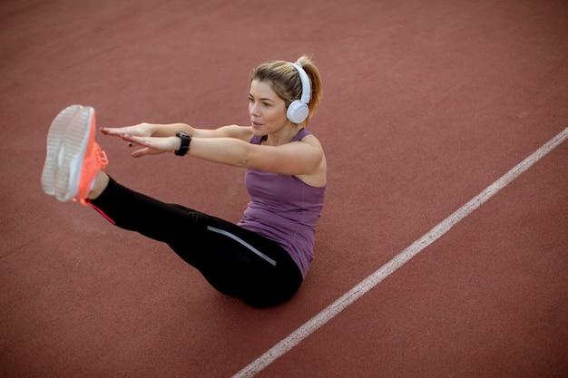 Fitness mujer entrenamiento abs entrenamiento