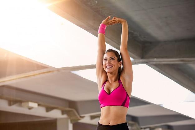 Fitness mujer estirando