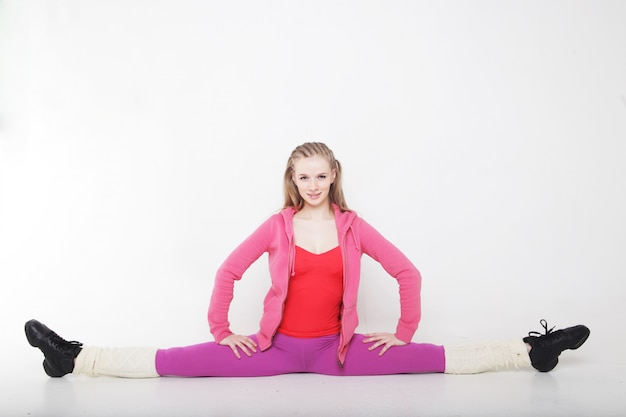 Fitness mujer haciendo ejercicios de estiramiento