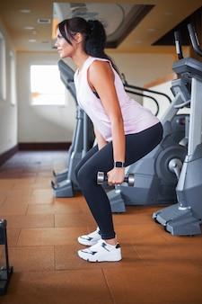 Fitness mujer joven atlética haciendo ejercicios deportivos