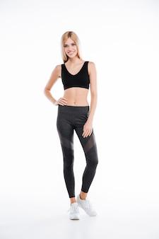 Fitness mujer de pie y posando