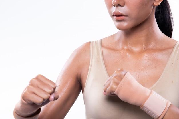 Fitness muscular mujer ejerce un estilo de vida saludable