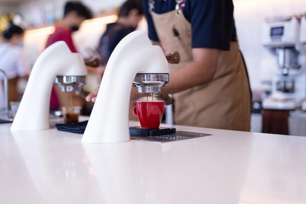 Flair cafetera espresso en una cafetería con barista