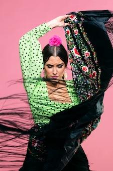 Flamenca actuando con chal manila