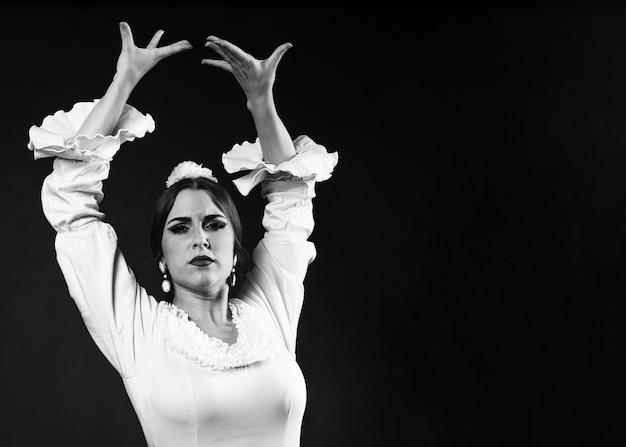 Flamenca en blanco y negro con las manos arriba