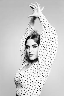 Flamenca en blanco y negro realizando