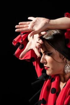 Flamenca realizando floreo mirando hacia abajo