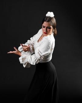 Flamenca vista lateral cruzando brazos