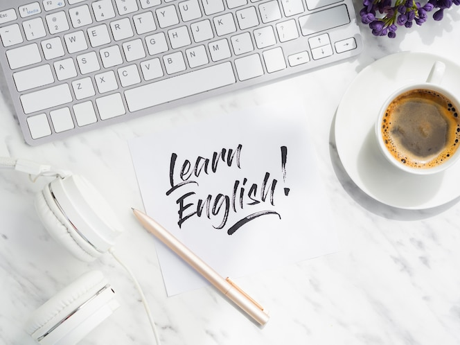 Flat lay aprender mensaje en inglés en nota adhesiva
