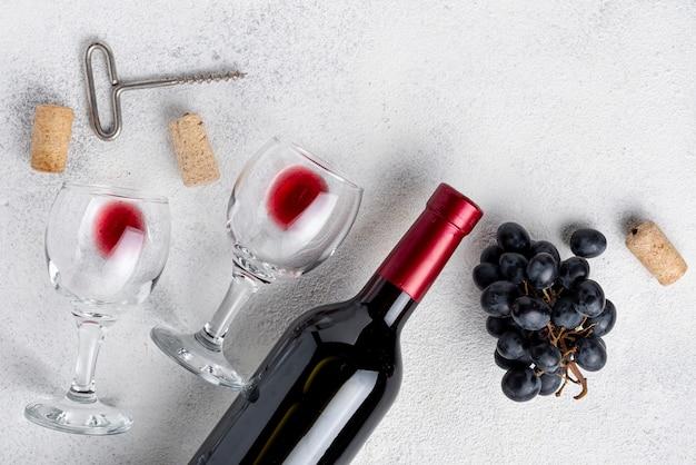 Flat lay botella de vino tinto en la mesa