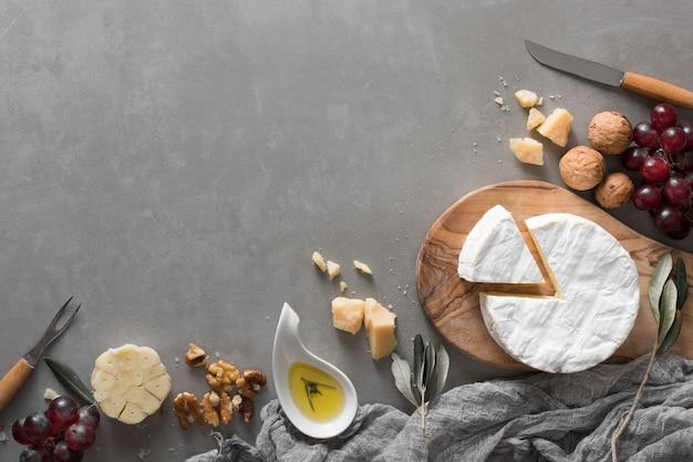 Flat lay buffet de queso con espacio de copia