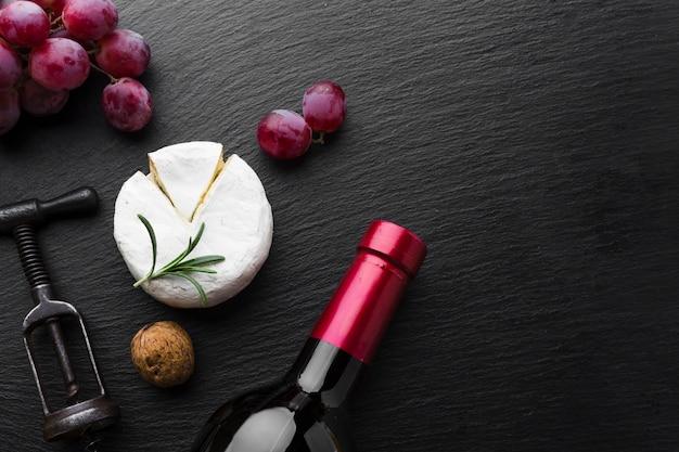 Flat lay camembert uvas y vino con espacio de copia