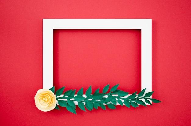 Flat lay colorido marco floral hecho de papel