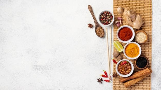 Flat lay comida asiática mezcla de especias y palillos con espacio de copia