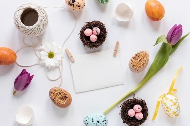 Flat lay decoraciones de pascua y huevos