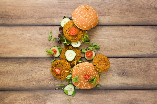 Flat lay deliciosas hamburguesas veganas