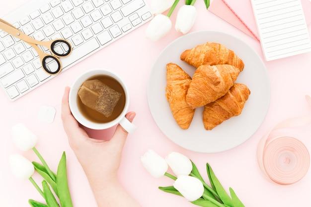 Flat lay delicioso croissant para el desayuno