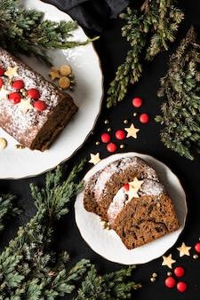 Flat lay delicioso pastel en rodajas para la fiesta de navidad