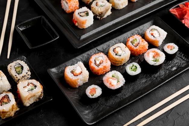Flat lay delicioso sushi con salsa