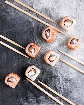 Flat lay deliciosos sushi y palillos