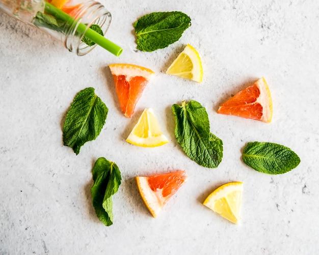 Flat lay de frutas para cóctel de verano