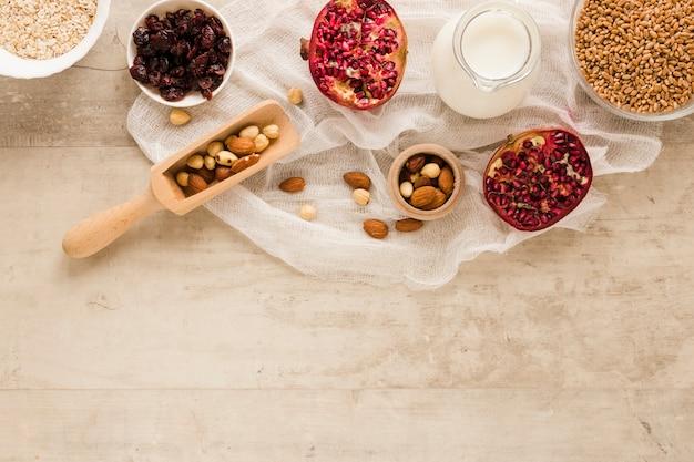 Flat lay frutas nueces y avena con espacio de copia