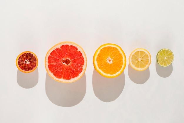 Flat lay frutas sobre fondo blanco.