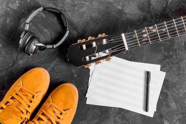 Flat lay de guitara y notas de música