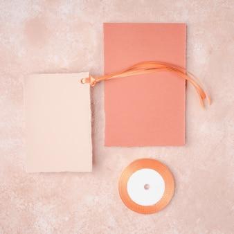 Flat lay hermosa decoración con linda invitación de boda
