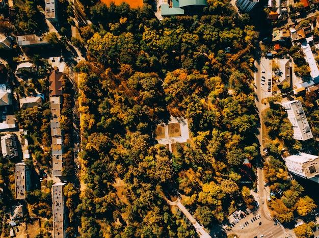Flat lay ladscape, fotografía aérea de drones de la ciudad durante el otoño