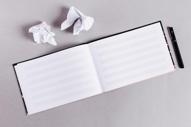 Flat lay de libro abierto para notas de música