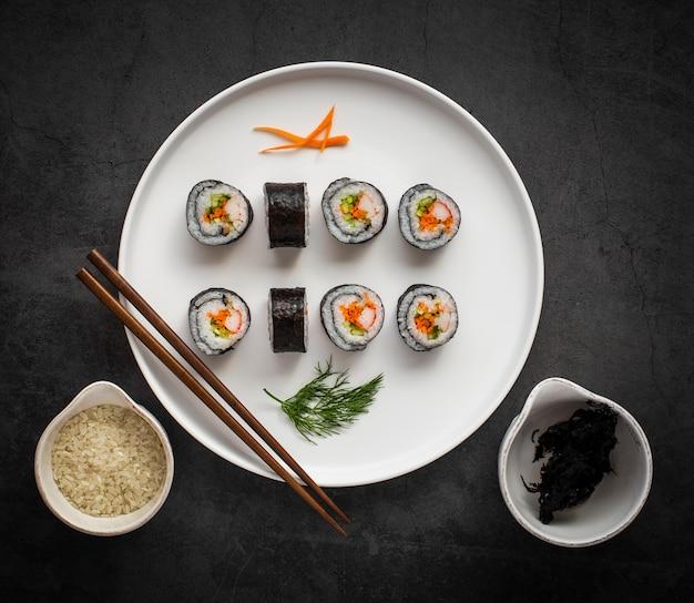 Flat lay maki sushi con palillos
