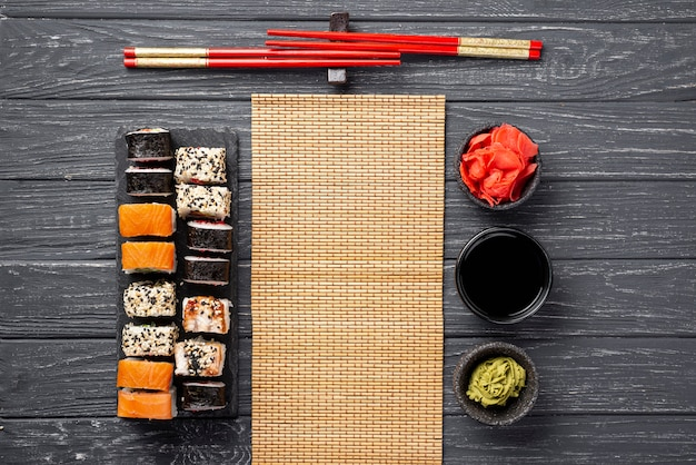 Flat lay maki sushi surtido en pizarra