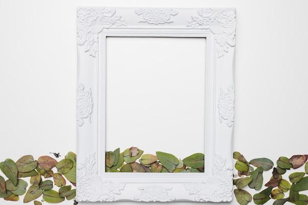 Flat lay de marco con concepto floral