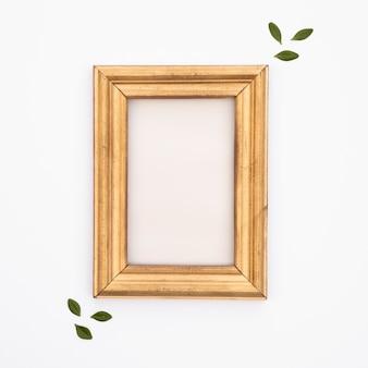Flat lay marco de madera con fondo blanco.