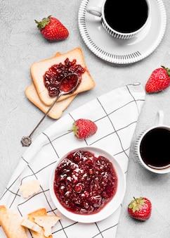 Flat lay mermelada de fresa en pan