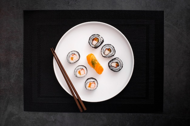 Flat lay mix de maki sushi con palillos