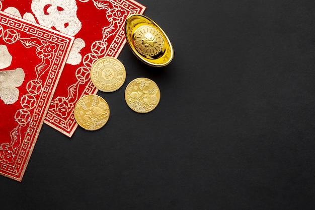 Flat lay monedas de oro año nuevo chino