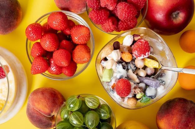 Flat lay musli yogurt y frutas arreglo