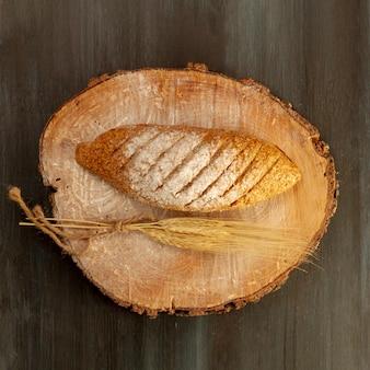 Flat lay pan horneado sobre tabla de madera