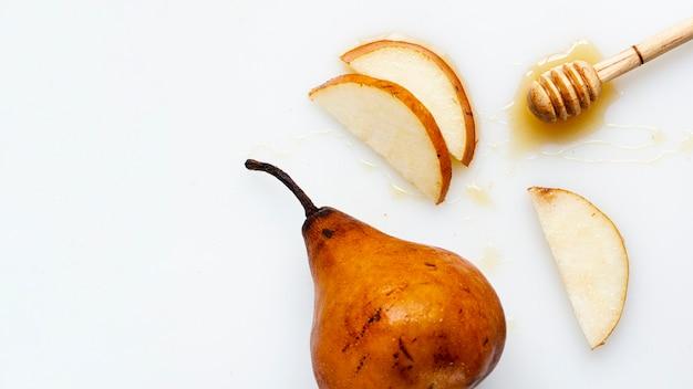 Flat lay rodajas de pera con miel