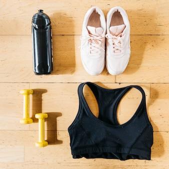 Flat lay de ropa de deportes de mujer