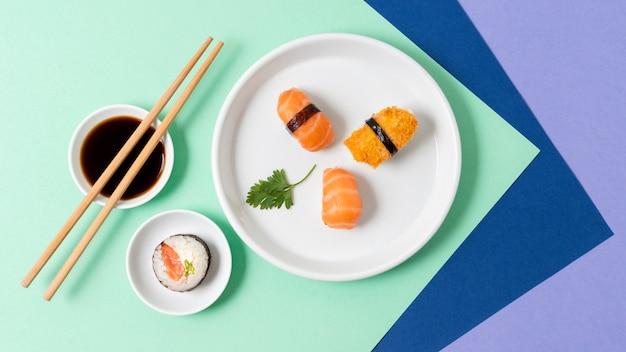 Flat lay sushi fresco y salsa de soja
