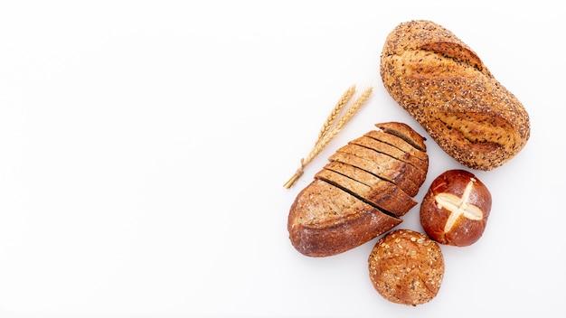 Flat lay variedad de pan recién horneado y copia espacio