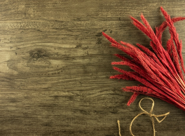 Flat lay, vista superior centeno rojo sobre fondo de madera con espacio de copia
