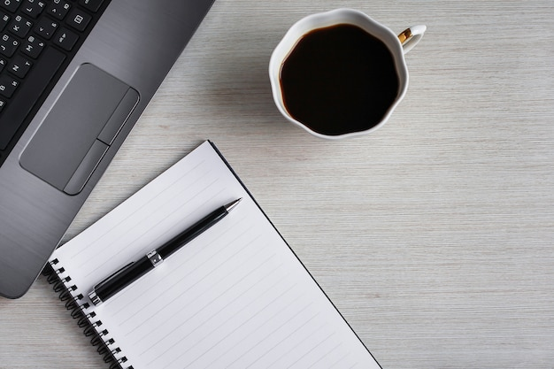 Flat lay, vista superior escritorio de oficina escritorio. espacio de trabajo con portapapeles en blanco, teclado, papelería, bolígrafo y taza de café en un escritorio. concepto de oficina