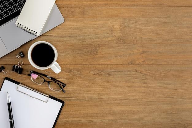 Flat lay, vista superior escritorio de oficina de madera espacio de trabajo