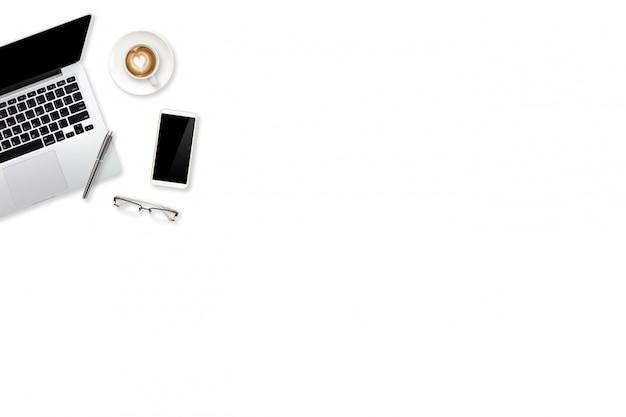 Flat lay workspace business escritorio verde y blanco con computadora portátil, suministros de oficina y taza de café