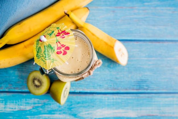 Flat lay de zumo de verano saludable